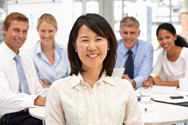 目前大多数人还是借助网络投递简历、寻找工作,职场专家日前建议求职者摆脱这种收效甚微的方法,转而利用自己身边的人际关系来发现是否有更好的工作机会。(Fotolia)