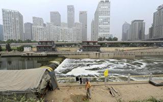 11月6日,有中共国务院法制办官员在新闻发布会上称,一旦重大决策失误造成损失,要追究相关官员的责任。分析认为,这或许是在释放针对中共前党魁江泽民的信号。江泽民强行上马的三峡和南水北调工程,被指祸国殃民,耗费惊人。图为北京市内的运河。(LIU JIN/AFP/Getty Images)