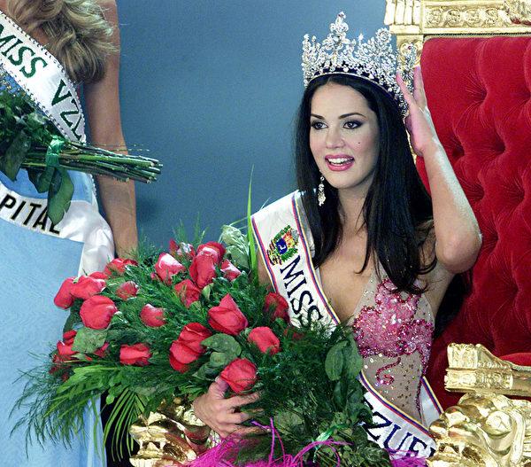 前委內瑞拉小姐莫妮卡‧斯皮爾與英國籍前夫貝里1月7日遭劫匪槍殺身亡。圖為莫妮卡‧斯皮爾2004年在選美中摘下后冠時的照片。(Andrew ALVAREZ/AFP)