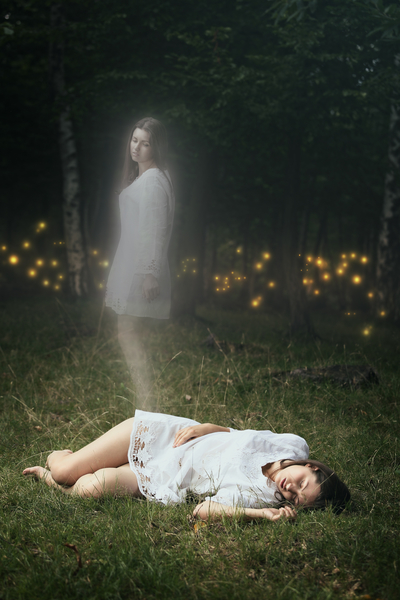 研究发现濒死者离开自己的肉体时,马上感到宁静。图为一个死去的女孩的灵魂离开她的身体。(fotolia)