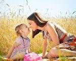 小孩天真無邪的童言童語,讓人忘了苦悶,頓時心情開朗。(Fotolia)
