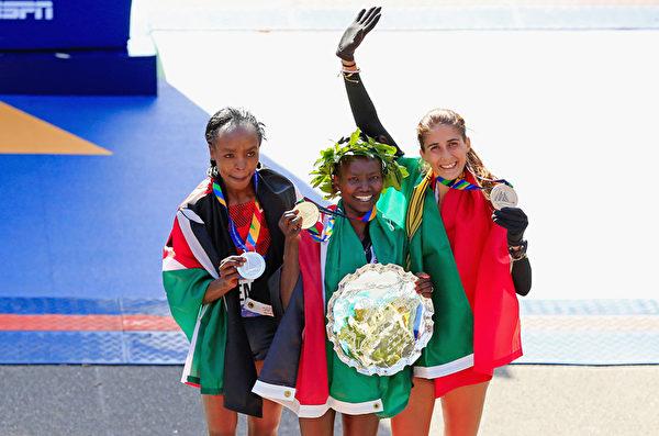 11月2日,肯尼亞的Mary Keitany(中)獲得紐約馬拉松女子組第一名,肯尼亞的Jemima Sumgong(左)第二名,葡萄牙的Sara Moreira(右)獲得第三名。(Alex Trautwig/Getty Images)