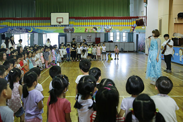 蘇盈之與150幼童歡度萬聖節。(海蝶提供)
