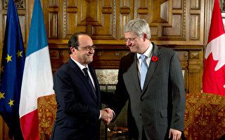加拿大总理哈珀(右)迎接法国总统欧兰德(左)到访,。欧兰德是25年来首位出访加拿大的法国总统。(ALAIN JOCARD/AFP)