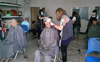 救国团金门县团委会今年公益服务换宿活动最后一场,由台北快乐发型的年轻发型师为当地人义剪,同时一圆壮游战地梦想。(救国团金门县团委会提供)