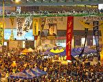 """香港""""雨伞运动""""已经持续一个多月,金钟的雨伞广场除了帐篷林立外,香港人的创意也发挥的淋漓尽致,充份表达真普选的诉求。(潘在殊/大纪元)"""