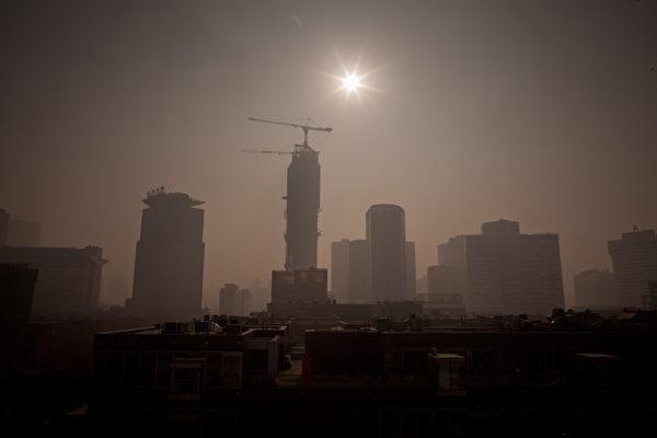 中原地产创办人施永青指,减息可减少楼盘减价促销的压力,但他认为,目前大陆楼市还没有加价的条件。(Ed Jones/AFP/Getty Images)