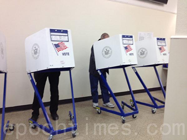 選民在華埠孔廈票站填寫選票。(林丹/大紀元)