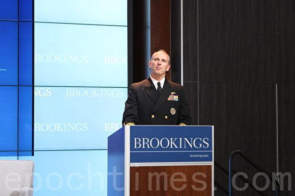 今年7月參觀了中國護衛艦、導彈快艇等海軍艦艇部隊的美國海軍作戰部長格林納特認為,面臨中國海軍的快速擴軍,美國政府應該加大對海軍的預算。(蕭桐/大紀元)