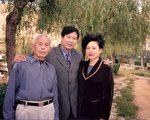 青島法輪功學員陸雪琴(右)遭中共迫害前與家人的合影。(明慧網)