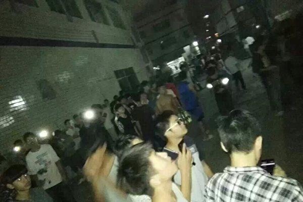 11月4日,广东省经济贸易职业技术学院人和校区3000多名学生集体示威,抗议学校食堂饭菜价钱高、品质差,以及宿舍用电出现安全问题。(网络图片)