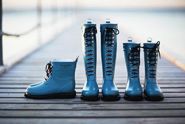 简单的配色及率性的裁线,即使在雨天,也能轻松穿搭出自我风格。(品牌提供)