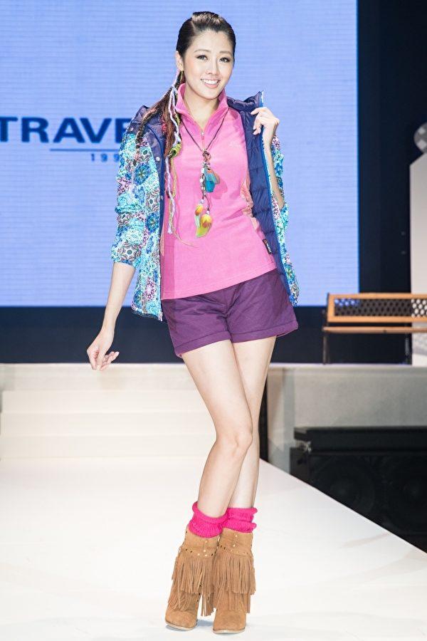 异材质拼接、奢华流苏,连身洋装、短裤做搭配,让穿着的女性显得优雅时尚。图为台湾名模赖琳恩。(陈柏州/大纪元)