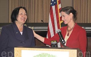 現任奧克蘭市長關麗珍(左)和將於2015年開始上任的新市長利比‧沙夫。(李文凈/大紀元)