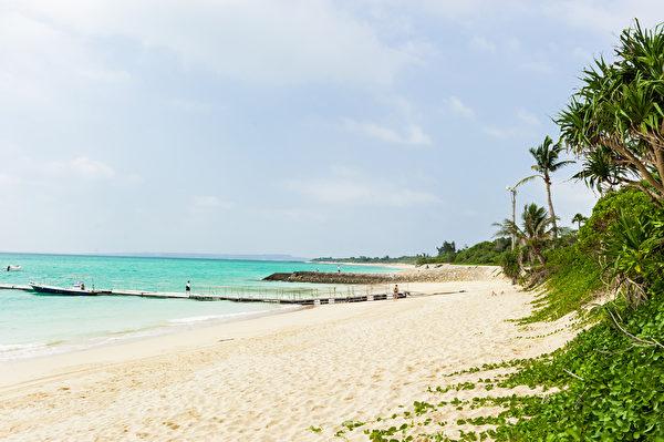 日本沖繩宮古島周圍被譽為是日本最美麗的海洋。多數來到宮古島的訪客或在碧藍大海中盡情潛水,或在美麗海灘上放鬆身心,享受遠離都會喧囂的愜意時光。(盧勇/大紀元)