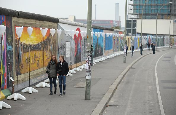 八千气球灯放飞 纪念推倒柏林墙25周年