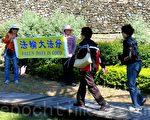 法轮功学员把真相讯息告诉来来往往的游客,祝愿大家平安。(龙芳/大纪元)