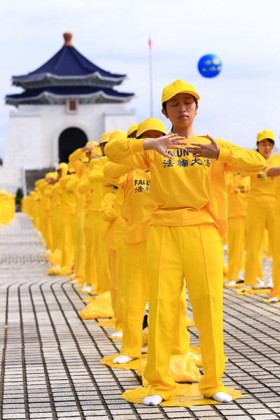 2014年11月8日,部分来自台湾、香港、韩国、日本、新加坡、越南、美洲、欧洲等地的法轮功学员近六千人,在台湾中正纪念堂自由广场前演炼法轮功5套功法。(白川/大纪元)