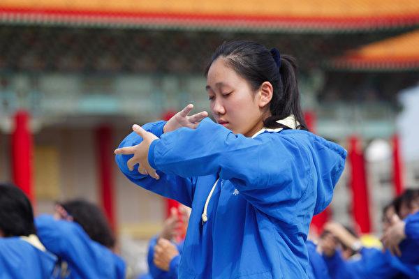 2014年11月8日,部分来自台湾、香港、韩国、日本、新加坡、越南、美洲、欧洲等地的法轮功学员近六千人,在台湾中正纪念堂自由广场前演炼法轮功5套功法。(李丹尼/大纪元)