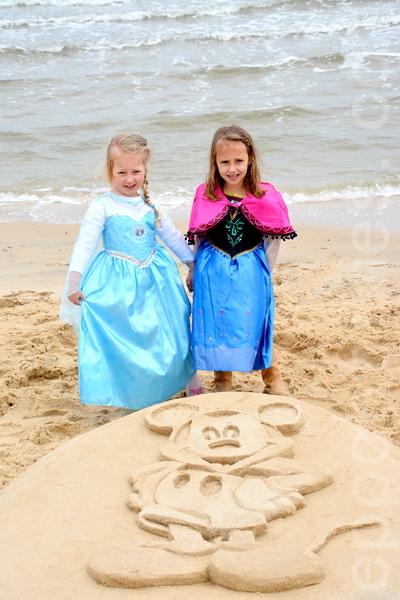 10月29日在墨尔本弗兰克斯顿海边,沙雕展启动的发布会上孩子们身着迪斯尼动画人物服饰。(杰森/大纪元)
