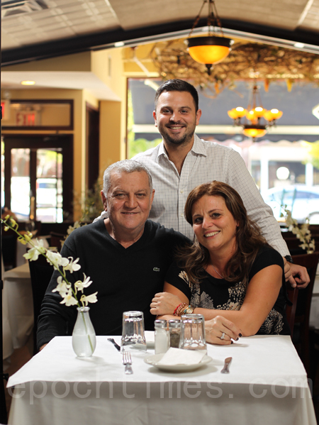 Theodoropoulos 家族:Peter 先生、太太Athina和儿子Jimmy(张学慧/大纪元)
