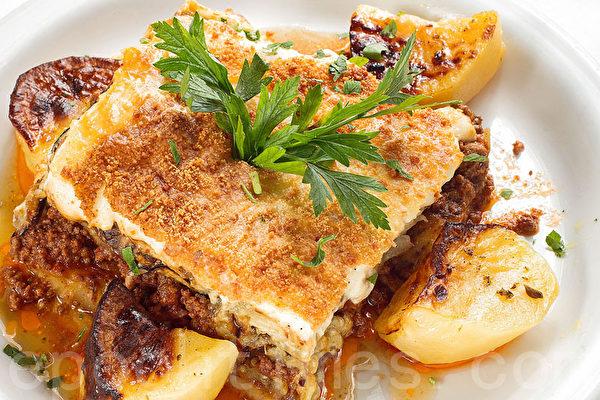 以牛肉、茄子、西红柿和希腊芝士为主要配料的Mousaka(张学慧/大纪元)