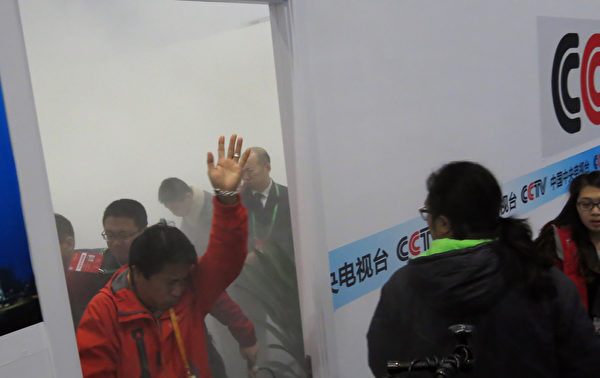 8日,APEC新闻中心的央视采编室内发生电源设备爆炸。(AFP)