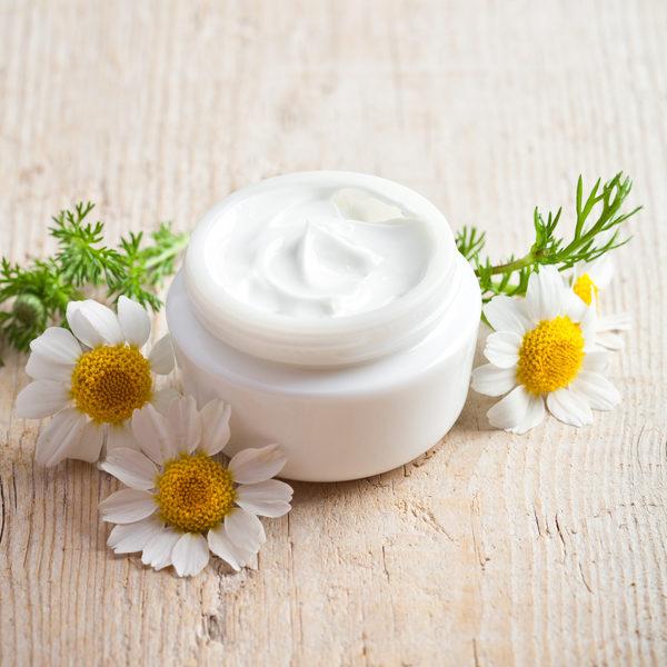 保湿霜直接为皮肤补充水分,并锁住水分。洁肤后,立即擦保湿霜,锁住洗脸后的水分。(Fotolia)