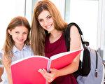 专家称,放学后家长和孩子的沟通,看似只是简单平常的几句话,却对孩子的成长有着重要的影响。家长应注意自己的提问方式,多用正面提问,让孩子接受正面暗示。(fotolia)