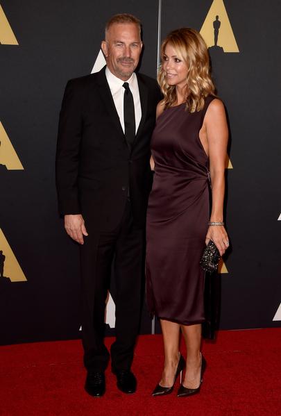 美國影星凱文·科斯特納(左)及夫人克莉絲汀。(Frazer Harrison/Getty Images)