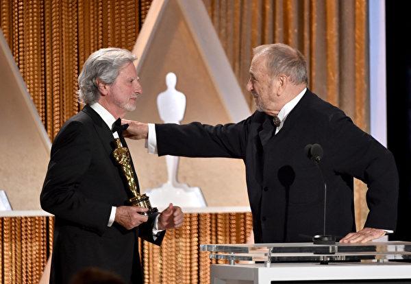 美國導演菲利普·考夫曼(左)給法國劇作家讓·克勞德·卡里埃爾頒獎。(Kevin Winter/Getty Images)