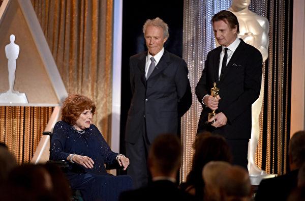 克林特·伊斯特伍德(中)和利亞姆·尼森準備給愛爾蘭女演員莫琳·奧哈拉授獎。(Kevin Winter/Getty Images)