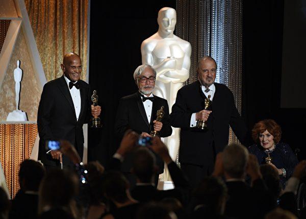 美國電影藝術學院理事獎四位獲獎者合影,左起:美國演員、歌手兼社會活動家哈利·貝拉方特,日本動畫大師宮崎駿,法國劇作家讓·克勞德·卡里埃爾,及愛爾蘭女演員莫琳·奧哈拉。(MARK RALSTON/AFP/Getty Images)