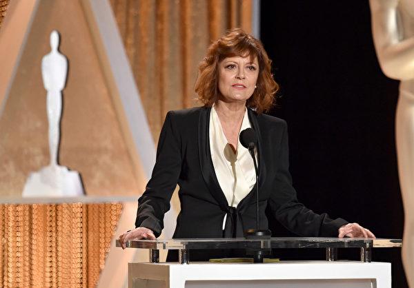 頒獎嘉賓——影星蘇珊·薩蘭登在致辭。(Kevin Winter/Getty Images)