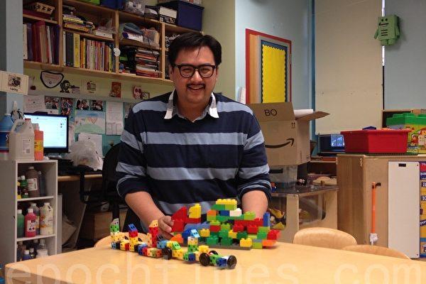 法拉盛地244公立学校幼教Andy Yung在介绍孩子们的玩具。(王依澜/大纪元)