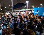 """89民运学生领袖周锋锁2014年11月2日前往香港支持港人""""占中""""。周锋锁认为:89民运的结局不会在香港出现,政府战胜不了觉醒的香港年轻人。(Alex Ogle/AFP/Getty Images)"""