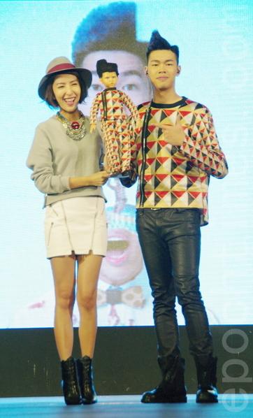 陳大天於2014年11月11日在台北舉辦《陳大天 告白日記》專輯記者會。楊謹華送給陳大天(小蝦)一個大天形象的娃娃,象徵陳大天從小蝦蛻為歌手。(黃宗茂/大紀元)