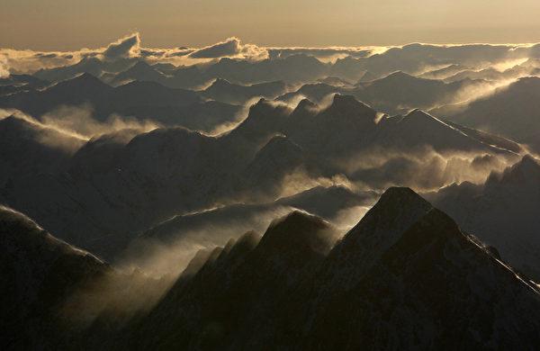 从德国楚格峰观景平台看阿尔卑斯山日出美景。(OLIVER LANG/AFP/Getty Images)