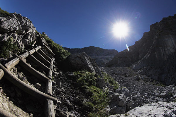 德国楚格峰攻顶梯子。(Johannes Simon/Getty Images)