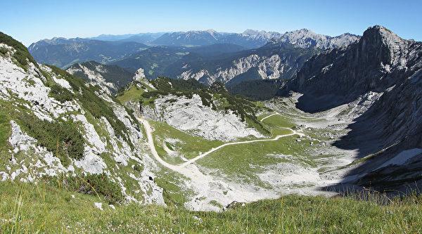 从楚格峰眺望韦特施泰因山脉,山峦景致尽收眼底。(Johannes Simon/Getty Images)