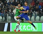 尤文图斯主场7-0大胜帕尔马。图为两队球员拼抢瞬间。(Valerio Pennicino/Getty Images)