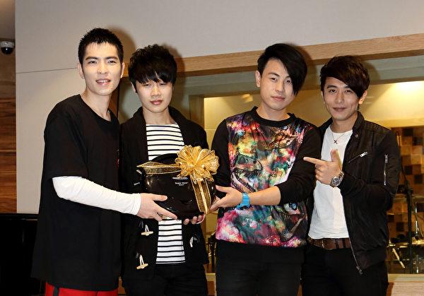 蕭敬騰(左)第三次世界巡迴即將開跑,邀請io樂團做為首站的開場嘉賓。(華納提供)