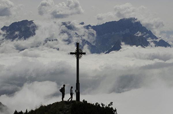 德国楚格峰最高点的标志是右峰顶上的金色十字架。(CHRISTOF STACHE/AFP/Getty Images)