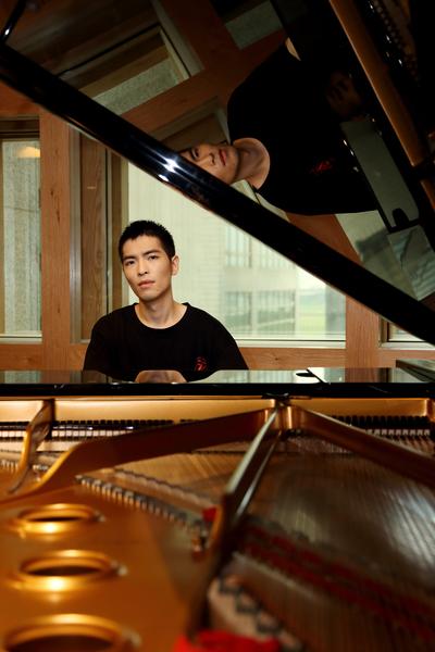 蕭敬騰首度展示他剛落成不久的全新錄音室,以及義大利知名手工鋼琴。(華納提供)
