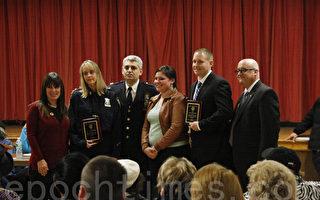 11月12日,109分局局长康福迪表彰每月优秀警员。(卫真/大纪元)