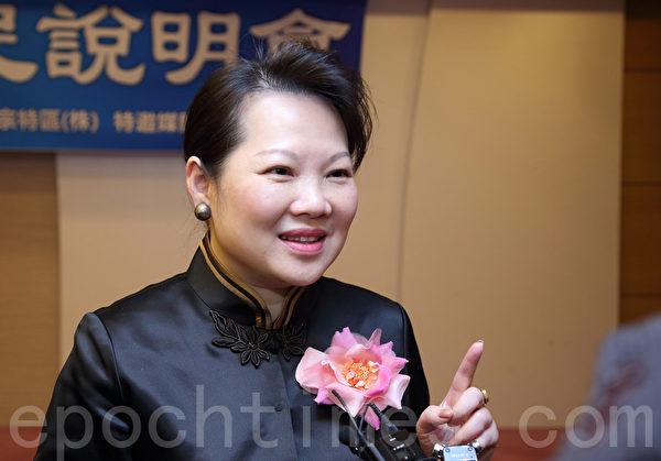 """韩国首期""""中国人投资移民说明会"""",11月15日在位于首尔的""""皇家酒店""""举办。""""正宇环球地产顾问有限公司""""总经理黄许多娜介绍韩国投资移民的优势。(全宇/大纪元)"""
