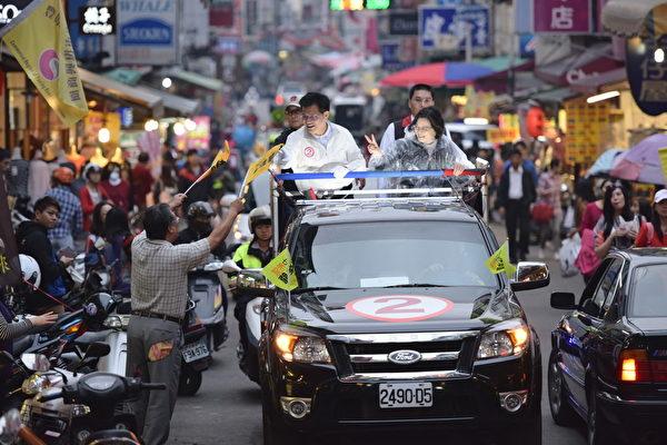 民进党主席蔡英文陪同台中市长候选人林佳龙扫街。(林佳龙竞选总部提供)
