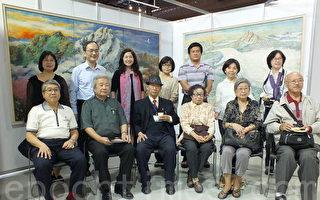 年过八旬的台湾艺术家法国沙龙协会创会会长赵宗冠医师(前排左4),透过油彩、胶彩画方式,为世界遗产留下永恒的见证。(黄玉燕/大纪元)