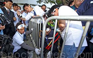 11月18日,雨伞运动占领行动已经持续52日,金钟的中信大厦第一个执行法庭禁制令,过程和平。(潘在殊/大纪元)