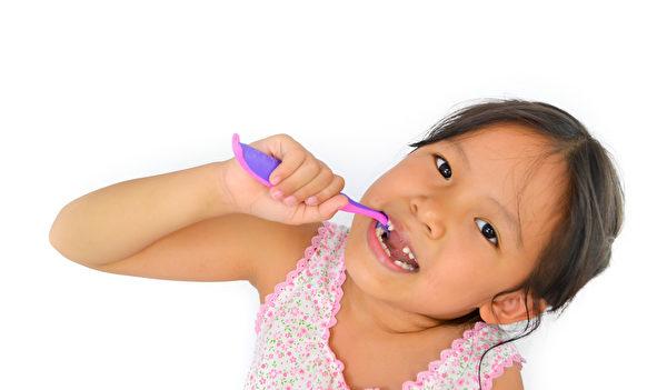 正確的潔牙方法和時機很重要,除了起床和睡前,三餐飯後也要養成潔牙習慣。(Fotolia)